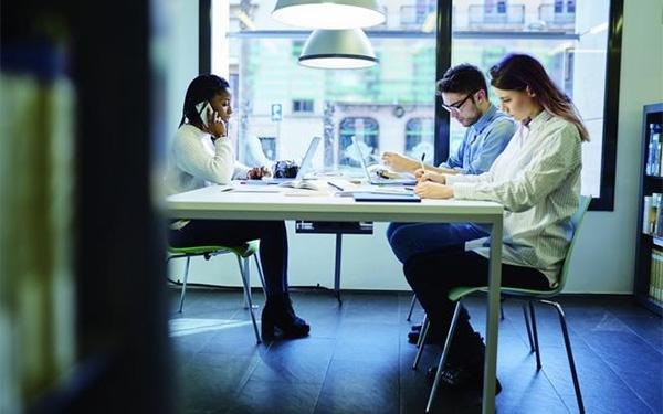 HCL czyli Human Centric Lighting w miejscach pracy. Na czym polega koncepja HCL?